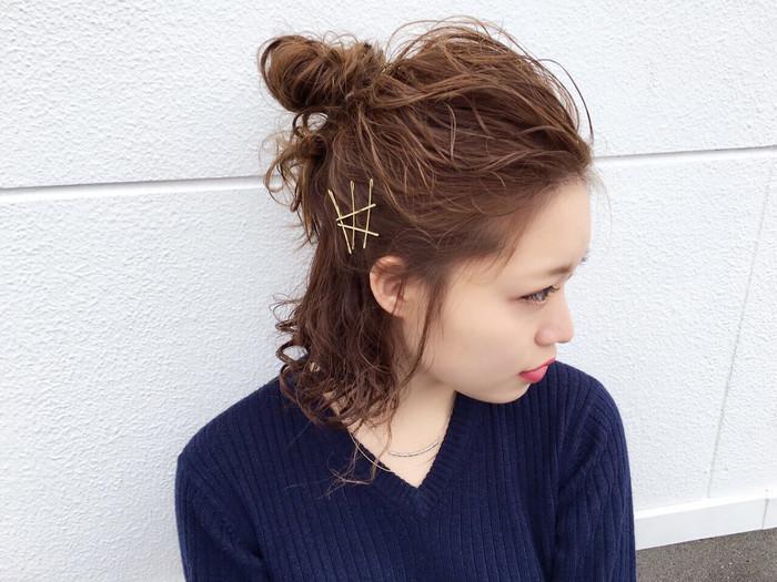 髪全体にワックスをつけてざっくりトップの部分を簡単なお団子に。 トップの髪を引き出してルーズ感を出してあげれば出来上がり♪ ゴールドピンでアクセントをつけてもいいですね。