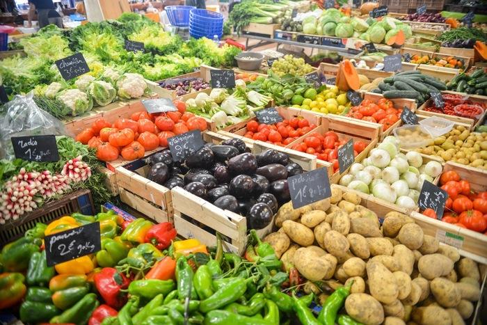 スーパーや小売店で売っていないような野菜や魚、珍しいものを手に入れたいという方には市場に足を運んでみるのがおすすめです。スーパーやお店が売っていないような珍しい、ありとあらゆる種類の野菜や魚を知ることができます。もちろん生産者から直接運ばれてくるので、鮮度は抜群です。価格においては場合によっては、大量に仕入れをするスーパーや小売店のほうが安い場合があります。安く購入したい場合は値段交渉しましょう。市場は業者が買い付けをする場所なので、普段お買い物するスーパーなどのような接客はありませんので、市場のルールに従って行動しましょう。