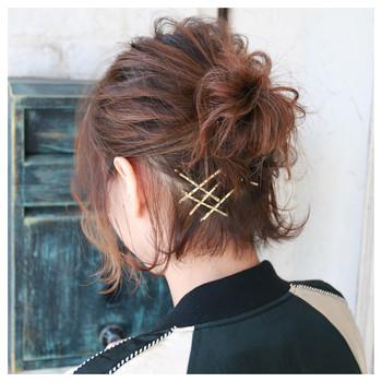 長さ的まとめ髪が難しい場合も、ハーフアップのお団子なら挑戦できますよ♪ 髪の広がりは、ピンをクロスに留めたりすればオシャレ効果◎