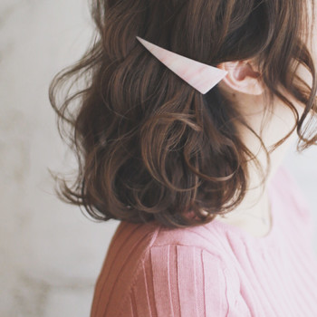 髪の広がりのせいでピンが留まりにくいという方は大きめのバレッタやヘアクリップでパチッと留めるだけでもすっきり♪
