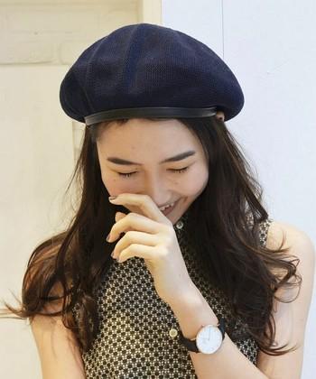 ダウンヘアにベレー帽を合わせると、女性らしい雰囲気に。髪をゆるく巻くと、こなれ感が出ますよ。