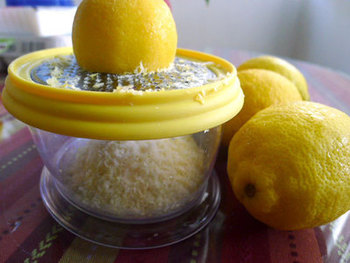まずは手軽に料理に取り入れたい!という方におすすめなのが、冷凍レモンのすりおろし。国産レモンを冷凍して使いたい時にすり下ろせば、さわやかな薬味になります。うどんやサラダ、お鍋にもよく合います。