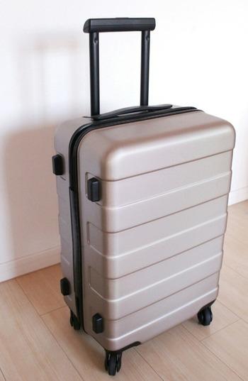 キャリーを固定できるストッパー機能や撥水加工されたスーツケースも取り揃えています! 機内持ち込みできるスーツケースも1つあると便利ですね。 こちらのカラー以外にも、ネイビーやレッドなどのカラーも人気ですよ。