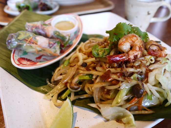 「ミー」とは、原料が米粉ではなく、小麦粉と卵を使った中華麺のこと。鮮やかな黄色が特徴で、乾麺が一般的ですが、生麺もあります。