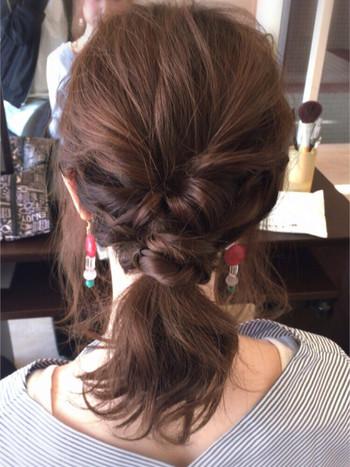 くるりんぱ・三つ編みを組み合わえたポニーテール。 ポイントごとにまとめているので広がりやすい髪もすっきり見えます♪
