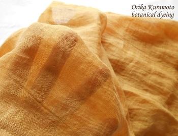 染液が熱いうちに布を浸して、染めムラがないようにゆっくり動かしながら染めます。充分色が染み込んだら、とりだして一度すすぎ、用意した媒染液に浸けます。