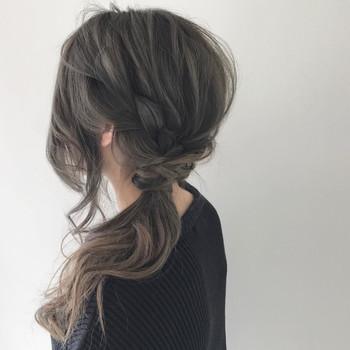 ざっくり編み込んでからポニーテールにまとめれば、崩れ・広がり知らずのスッキリまとめヘアスタイルに。 顔まわりが気になる方は少し後れ毛を残して結べばカバーできますよ。