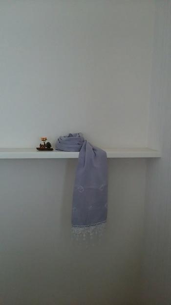 シックな紫色が優しい印象の、ブドウ染めのストール。さりげない絞りがおしゃれ。綿のガーゼ素材で、手触りもソフトです。