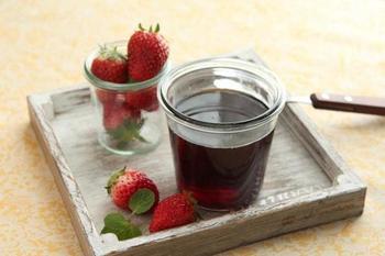 春にオススメのイチゴの酵素シロップ。ヨーグルトメーカーを使えば、きび砂糖でも簡単に作れますよ。