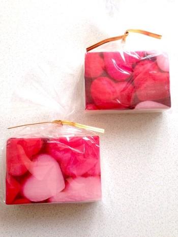 石鹸にもペタペタとデコパージュ☆ いつもの石鹸が、こんなに素敵に変身しました♪パッケージングして、プチプレゼントにしてみてはいかが?