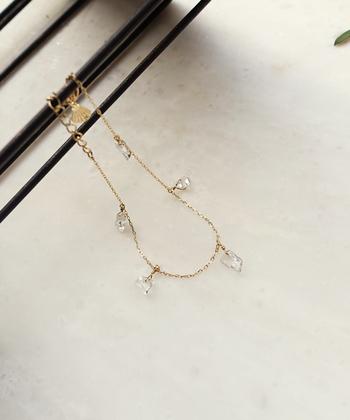ランダムカットのクリスタルがアクセントになった華奢なブレスレットも展開しています。みずみずしいピュアな透明感は、これからの季節にぴったり。