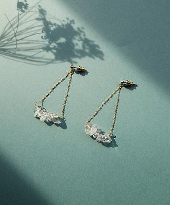 長めのチェーンとブランコのように吊り下げられたクリスタルパーツが印象的な「アクアスウィングピアス」。動くたびに、耳元で優雅に揺れます。