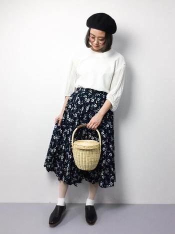 フレア感の強いスカートは、存在感がアップ。コーディネートがぐんと華やかになりますよ。ベレー帽と革靴でコーデを引き締めて、クラシカルなスタイリングに仕上げています。