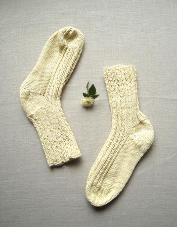 ローズマリーはよく育ちますので、染色にも使ってみましょう。こちらは、ローズマリー染めの靴下。優しい黄色系の色が染められますが、他にも重層を加えるとグレーに変化するとか。媒染を変えて変化を楽しんでみてはいかがでしょう。