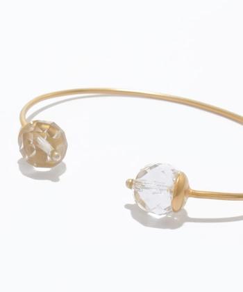 夏の肌によく似合う、透明感のある大きな水晶がとっても涼し気な雰囲気です。