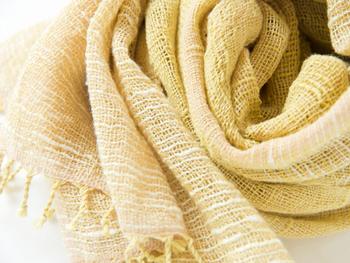 緯糸に伯州綿をスラブ糸に手紡ぎしたものを使用した表情豊かなローズマリー染めのストールです。