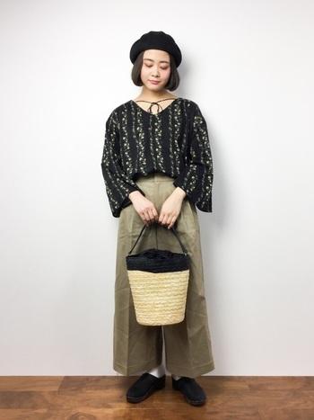 袖の広がったブラックの小花柄ブラウスは、ワイドパンツとも好相性。カゴバッグなど、軽やかな春夏アイテムをプラスすることで今っぽく決まります。