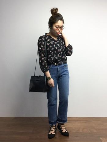 同じくデニム×小花柄シャツのコーディネートですが、靴を変えるだけで大人コーデに変身。編み上げのポインテッドトゥーシューズは、全体のコーデを繊細な印象にみせてくれます。