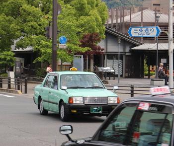 MKタクシーでは、着物で乗車すると、メーター運賃1割引となります。 バスが混雑する紅葉の時期には、タクシーの利用が増えますので、嬉しいサービスです。