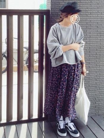 小花柄スカートをカジュアルに着こなしたいなら、ラフさが魅力のビッグサイズのカットソーを選んでみて◎ 足元はスニーカーで外して、MIX感を演出。「カジュアル」と「可愛い」のバランスのとれたスタイリングの完成です。