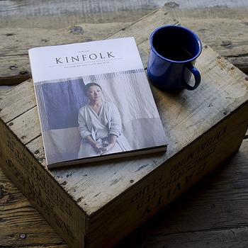 """KINFOLK JAPAN EDITION(キンフォークジャパンエディション) Vol.1 「Kinfolk」のレンズを通して垣間見る日本の姿を紹介しています。国の魅力、基本的価値観(""""もののあわれ"""" や""""一期一会""""、""""わび・さび""""等)、技術、そしてレシピ。このような要素が、美しくシンプルなライフスタイルを作り出していることを表現しています。わさびの栽培に適したきれいな水が豊富な伊豆半島、静岡の茶畑、愛知県の離島での漁師たちとわかめの収穫にと日本の各地を訪れ、そのシンプルで独特の文化を彼らの目線で素敵に紹介しています。"""
