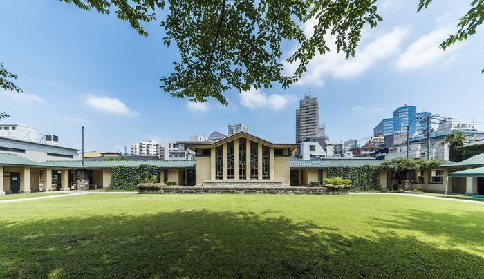 フランク・ロイド・ライトは旧帝国ホテルの設計も手がけました。広々としたグリーンの美しい芝生と緑も印象に残ります。