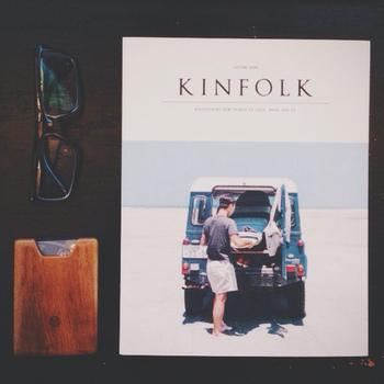 """『KINFOLK』:2011年アメリカ オレゴン州ポートランドで創刊されたライフスタイル誌。 編集長の「ネイサン・ウィリアム」が、25歳のときに友人たち数名とはじめた雑誌。「KINFOLK」の意味は、家族や親しい者を意味する""""KINSFOLK""""という古めかしい言葉からSをとったもので、雑誌には家族や友人、隣人といった小さな集まりという意味の「スモール ギャザリング」をサブタイトルに掲げている。食や暮らしにまつわる美しい情景を切りとった写真やイラスト、テキストのレイアウトでつづられるインディペンデントマガジン。"""