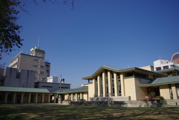 大正10年に竣工。20世紀を代表するアメリカ人建築家:フランク・ロイド・ライトと、弟子の遠藤新が設計した自由学園の施設。1997年に国の重要文化財の指定を受け、1999年に保存・修理工事が行なわれ、2001年、完成。一般公開の運びとなりました。一日二組限定の結婚式が挙げられます。