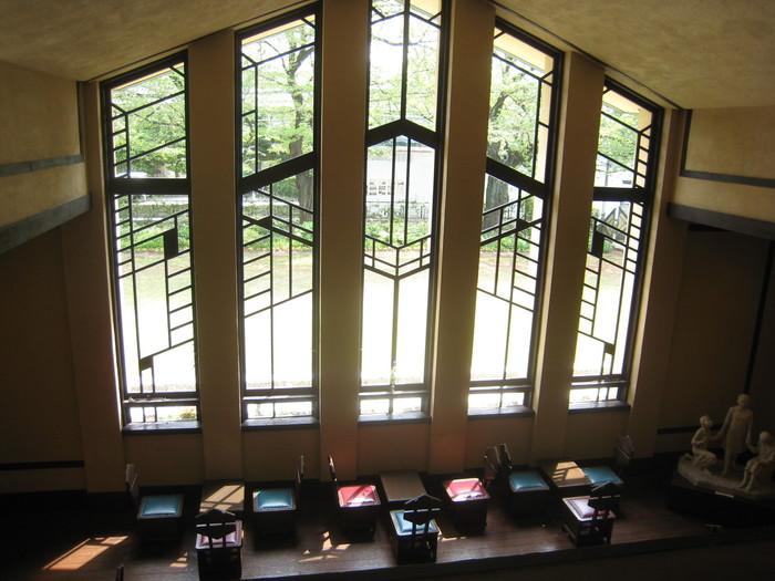幾何学模様の窓と光・開放感のある高い天井が開放的な挙式会場。