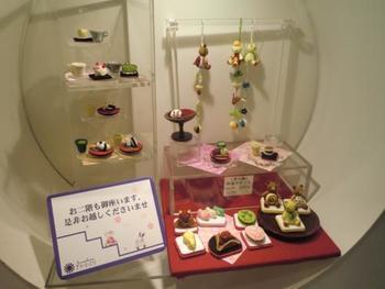 お次は「ちりめん」の生地を使った小物のお店です。 京都といえば「ちりめん」ですが、ここの小物は本当に可愛らしいです。 店内のディスプレイもとってもステキなので、是非足を運んでみて下さいね。