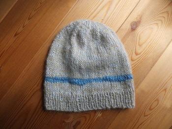 山栗の草木染めに、藍がアクセント的に入ったニット帽。草木染めのナチュラル感は、あきがきません。