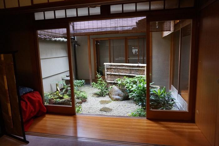 お部屋からは、中庭を望めます。 京都らしい空間にいる自分を、思う存分楽しんでみては?