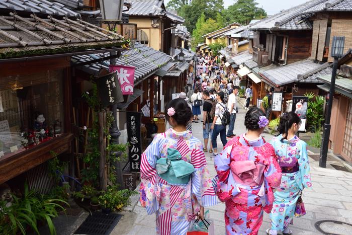 二年坂は古い京都がそのまま残っており、まさにタイムスリップ気分に。 外人さんの観光客も多いので、「Beautiful!!」なんて言われるかも♪ お土産屋さんや、食べ歩きが出来るようなお菓子屋さんもあるので、楽しい坂ですよ。