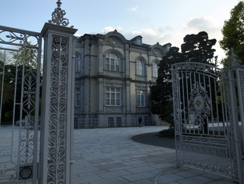 大正2年に英国の著名な建築家ジョサイア・コンドルの設計により建設されたもので、明治・大正期を代表する西洋建築の傑作の一つといわれています。大正時代から国賓をもてなしてきた格式高い迎賓館です。