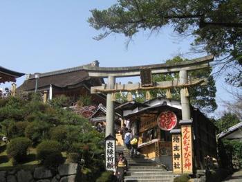 清水寺のお隣には、縁結びで有名な地主神社があります。 良縁に恵まれたい人は、是非訪れてみて下さいね。
