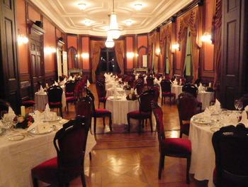 もとは社交場の大食堂として利用されていた部屋が披露宴会場となります。あたたかみのあるヨーロピアンテイストのインテリアでまとめられた雰囲気は、リラックスしてゲストとの語らいや食事を楽しめそうですね。
