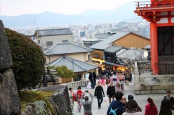 そろそろレンタル着物の返却時間が迫ってきました。 バスやタクシーで京都駅に戻りましょう。 清水坂をまっすぐ下った先に、バス停「清水道」があります。