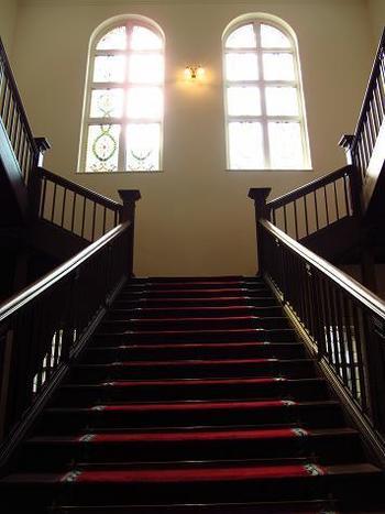 チャペルでの挙式を終えると、この立派な大階段を降りて披露宴会場へと向かいます。