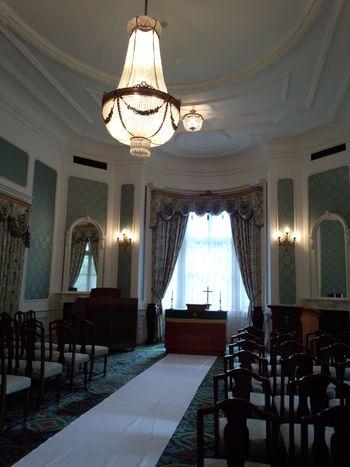 建物2Fの洋風造りの音楽室は、現在は厳かな雰囲気が漂うチャペルとして利用されることが多いそうです。淡い色合いの壁紙や重厚な家具、繊細な模様の絨毯からはクラシカルな柔らかい印象も受けます。