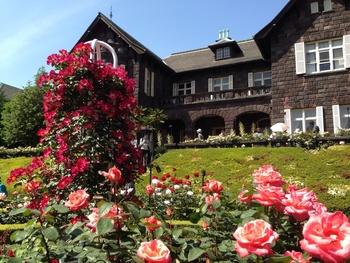 季節の花々が庭園や旧古河庭園旧古河邸の周りを彩ります。