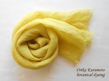 リネンストールに、にんじん染めを。透け感のある素材に、にんじん染めの爽やかな色が華を添えます。レモン色に近い感じできれいですね。