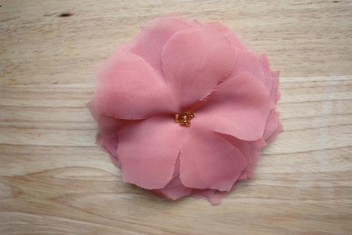 お花のできあがり!とっても簡単ですよね。選ぶ布によって雰囲気ががらりと変わります。ヘアアクセサリーに、ブローチに、コサージュに。