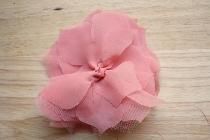 2.花の形に切った生地を重ねて中心を縫って、くしゅっと絞ります。