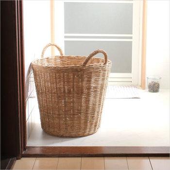 ざっくり編まれた大きなカゴなら、和風、洋風、アジア風、どんなお部屋にでも合います。 普段は底に布をひいておき、来客時にはその布をさっと取り出して上からかぶせてしまえば、あっという間に蓋の出来上がりです。