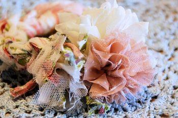 """シフォン、チュールなど質感の違う布を組み合わせて複雑な表情を出しています。  ゴム部分は細く裂いた布を編む""""裂き編み""""。ふわふわと遊ぶ糸が柔らかな雰囲気です。"""