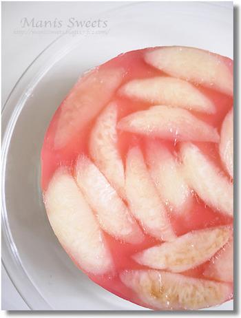 しそジュースで淡く色づいた桃色が可愛らしいムースケーキです。ムースにも桃を刻んで入れているので食感も楽しめそうですね。