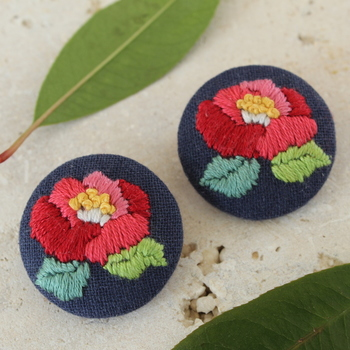 こちらは椿の刺繍を加えて。美しいボタンになりました。