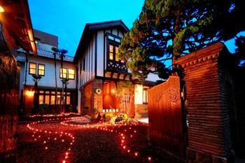 夜になるとライトアップ。派手ではない、暖色系のあたたかみのあるライティングが一層、建物を引き立てます。