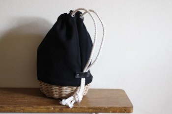 底はコーヒー染をしたモカ色の籐で編み、上部は厚みのある帆布でつくった巾着型のかご。着物や浴衣にも似合います♪