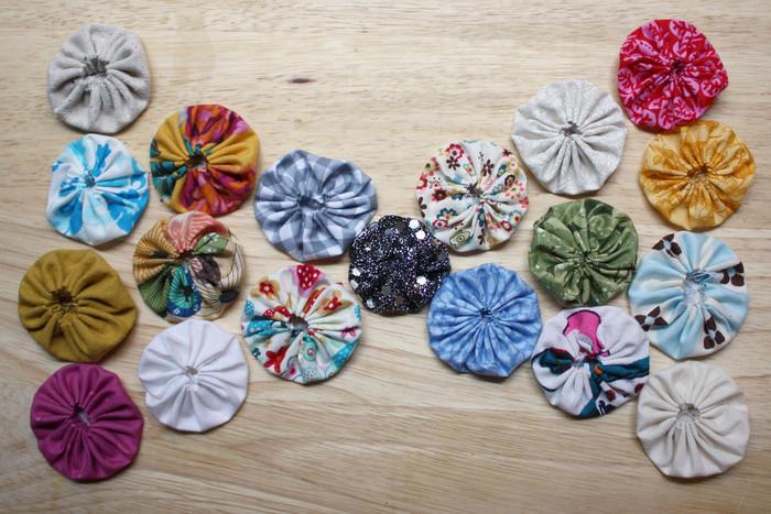 はぎれが出たらヨーヨーキルトを作っておく、という手もあります。いろいろなデコレーションやパーツに使えます。お花みたいなくしゅくしゅの質感を楽しんで。  ヨーヨープレートを使えば、丸だけでなく蝶やハートの形もできますよ。